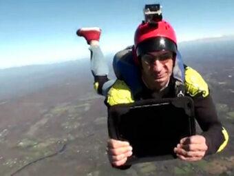 Paracadutista con tablet