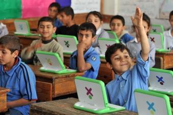 Bambini a Gaza che imparano con il portatile di OLPC (fonte immagine: http://goo.gl/F1gd4p)
