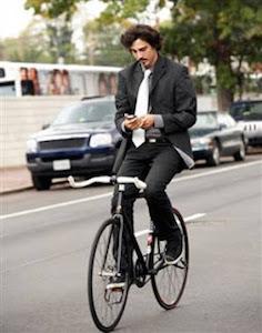 Andare in bicicletta usando lo smartphone