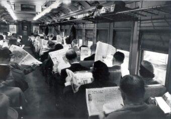 Sostituite i giornali con gli smartphone e... Benvenuti nel 2015 (fonte immagine: http://goo.gl/c1Y3DY)