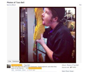Social media fail di Taco Bell: un dipendente si fotografa mentre lecca dei tacos e mette la foto su Facebook (fonte immagine: http://goo.gl/mlkiqz)